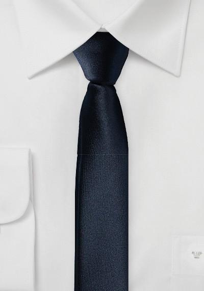 Extra schmal geformte Krawatte marineblau