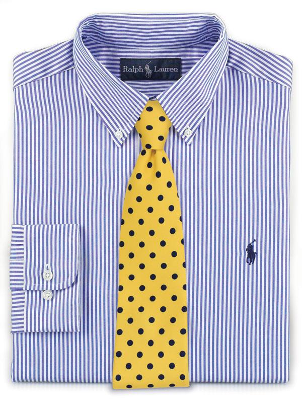Blaues Hemd mit gelber Krawatte kombiniert