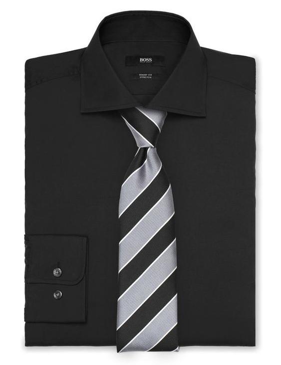 Gestreifte Krawatte mit schwarzem Hemd